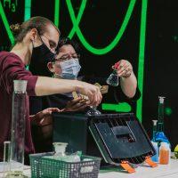 Ivan Raič i prof. Dubravka Kardum pripremaju pokus. Izvor: Izvan fokusa